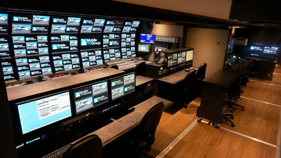 The 40HDX control room features a third bench.