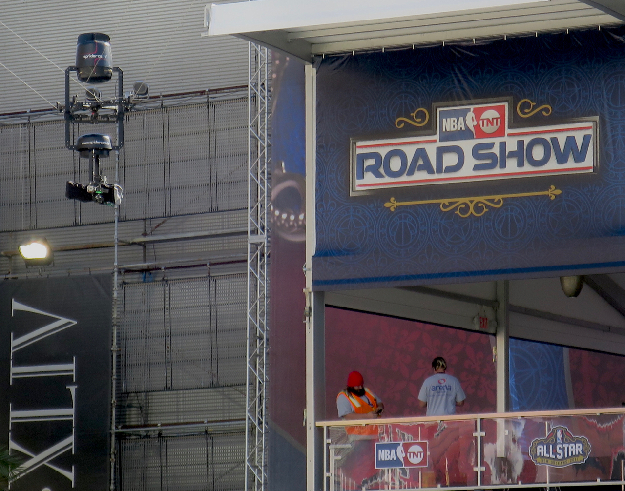A point-to-point Spidercam is flying over the NBA on TNT Road Show.